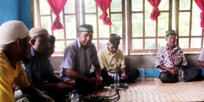 Kepala Adat Kampung Sailolof, Salawati Selatan, Badarudin Mayalibit, S.ip (kedua dari kanan)